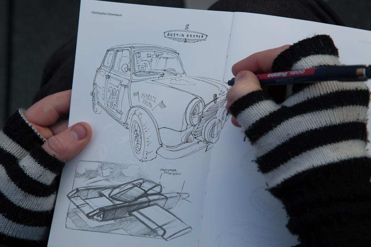 Florian Afflerbach beim Zeichnen des Mini Cooper S