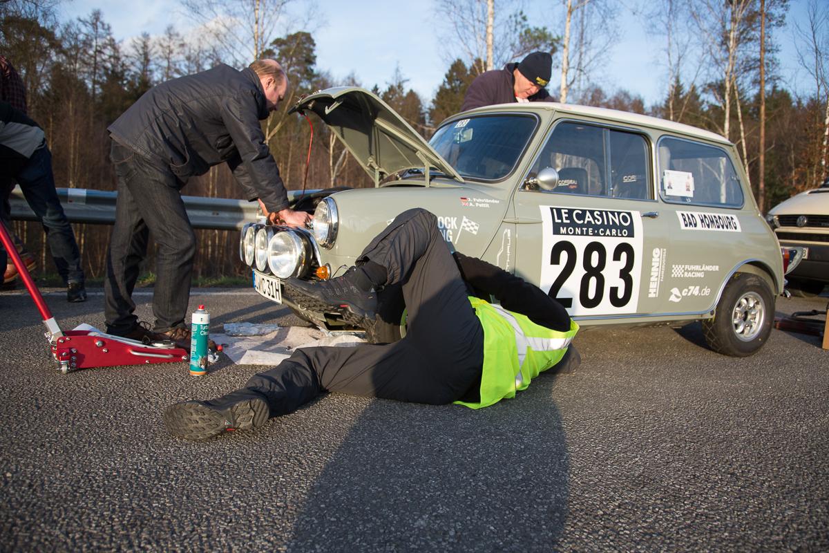 Erste kleine Reparatur – Bad Homburg-Monte Carlo · Rallye Monte Carlo Historique 2016