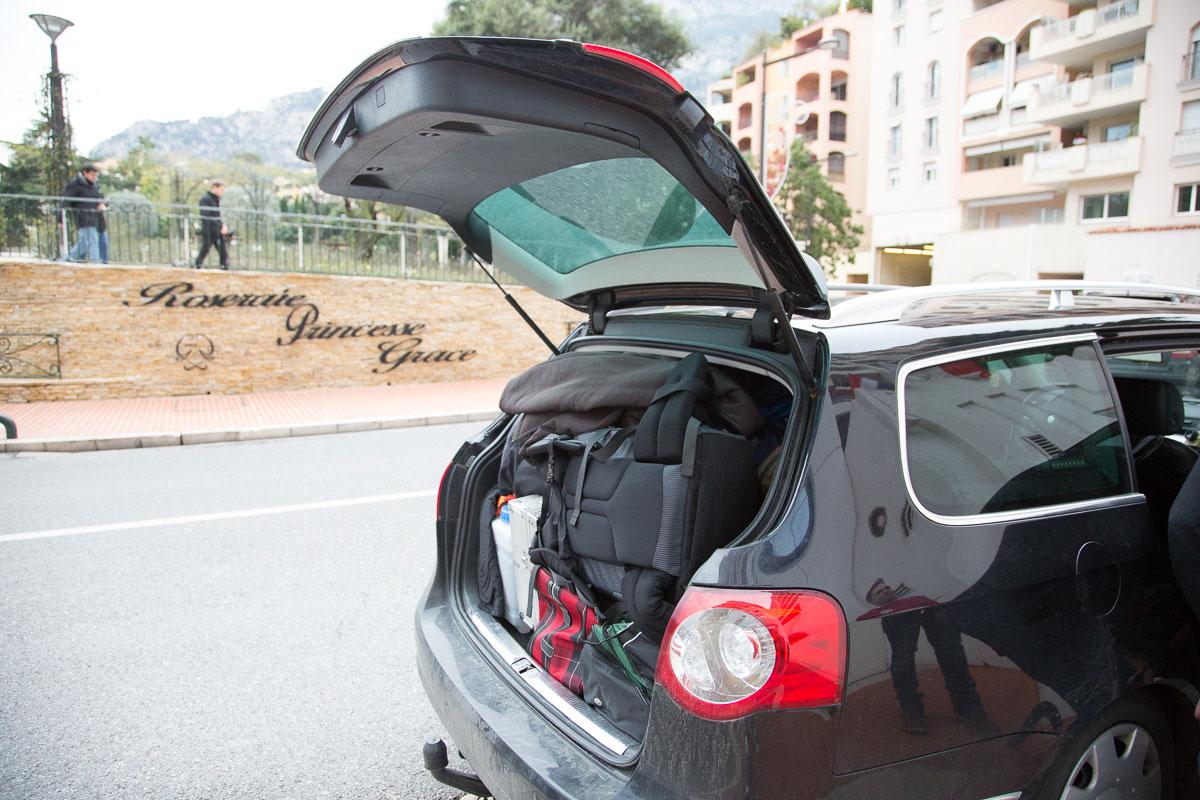 Kofferraum im Hotel entleeren, Platz schaffen für die Reifen